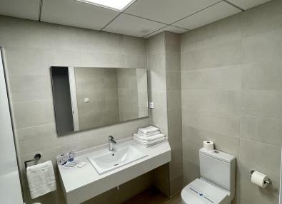 Baño completo de los Apartamentos California I II
