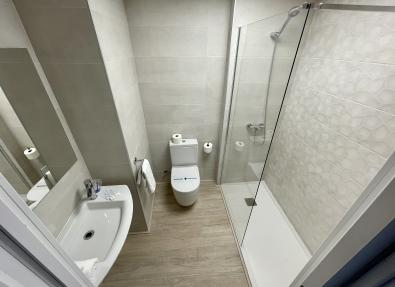 Baño renovado con plato de ducha en Apartamentos California de Salou