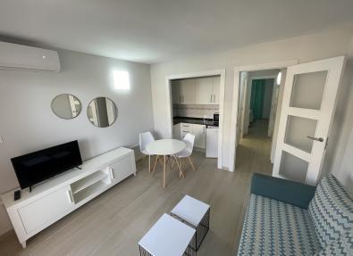 Apartamentos en Salou con salón con zona tv, comedor y cocina abierta