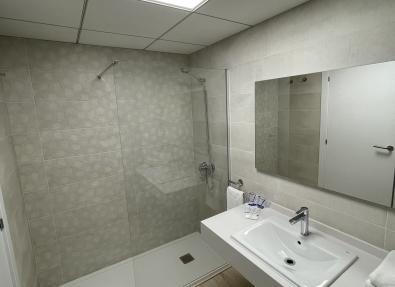 Amplio plato de ducha en Apartamentos California
