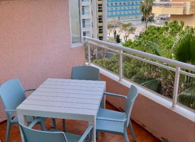 Terraza con mesas en apartamentos de Salou