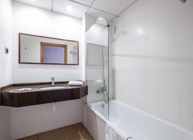 Cuarto de baño con bañera Hotel California Garden Salou Tarragona